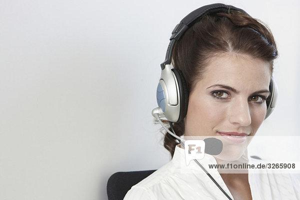 Geschäftsfrau im Büro mit Headset  Portrait