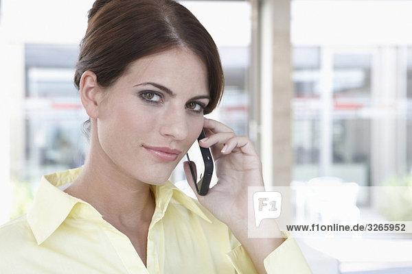 Geschäftsfrau mit Handy  Portrait  Nahaufnahme