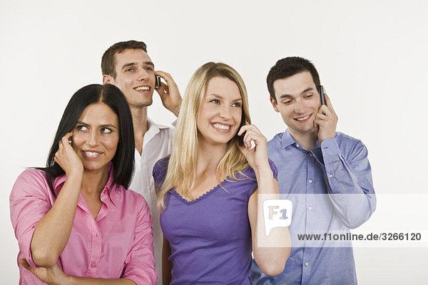 Vier Personen mit dem Handy
