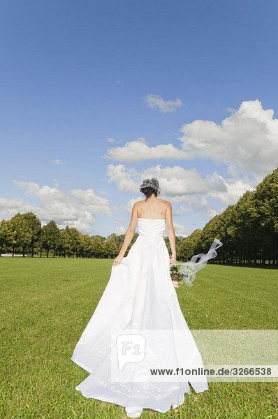 Deutschland  Bayern  Braut im Park  Rückansicht