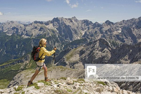 Deutschland  Garmisch-Partenkirchen  Alpspitz  Wanderin mit Rucksack