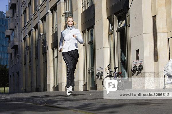 Junge Frau beim Joggen in der Stadt