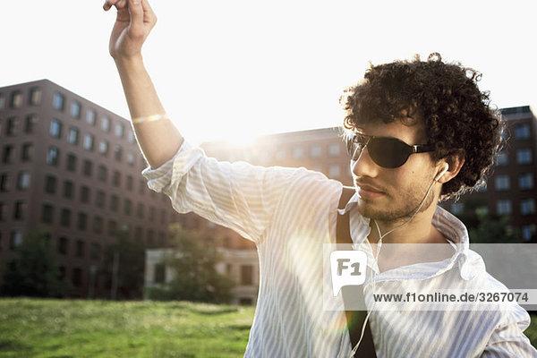 Junger Mann hört MP3-Player