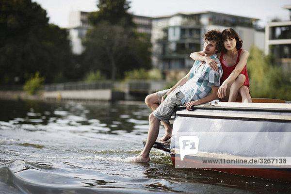 Deutschland  Berlin  Junges Paar auf Motorboot sitzend  Portrait