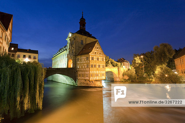 Deutschland  Bayern  Franken  Bamberg  Altes Rathaus über dem Fluss bei Nacht