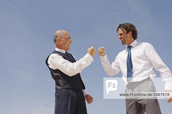 Zwei Geschäftsleute  die sich freuen