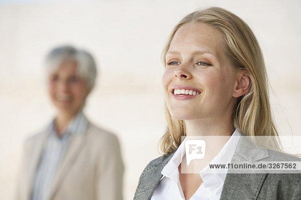 Zwei Geschäftsfrauen  lächelnd  Portrait