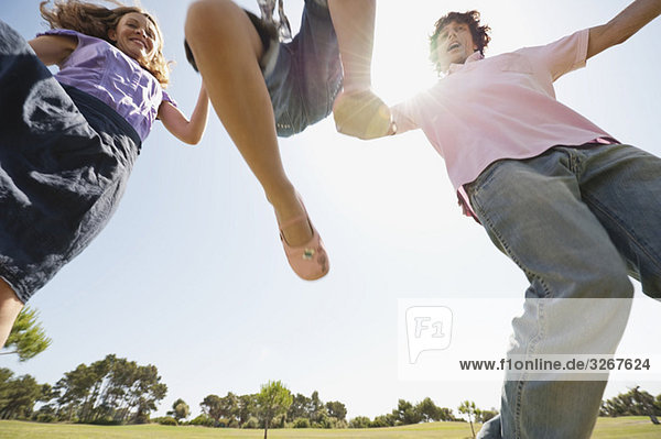 Spanien  Mallorca  Familie geht Hand in Hand  Lifting Girl (4-5)  Tiefblick