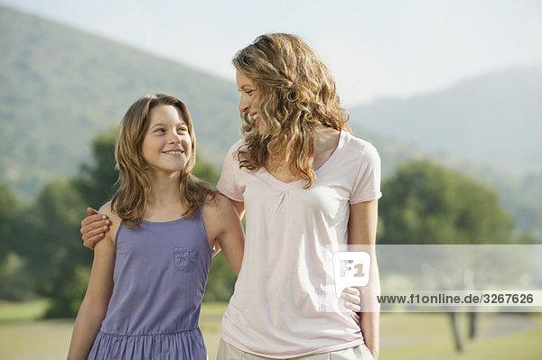 Spanien  Mallorca  Mutter und Tochter (10-11)  Portrait