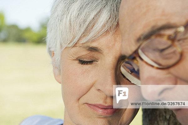 Seniorenpaar  Augen geschlossen  Portrait  Nahaufnahme