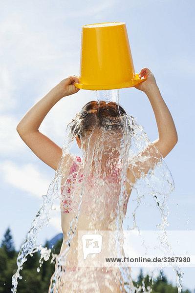 Italien  Südtirol  Mädchen (6-7) gießt einen Eimer Wasser über den Kopf Italien, Südtirol, Mädchen (6-7) gießt einen Eimer Wasser über den Kopf