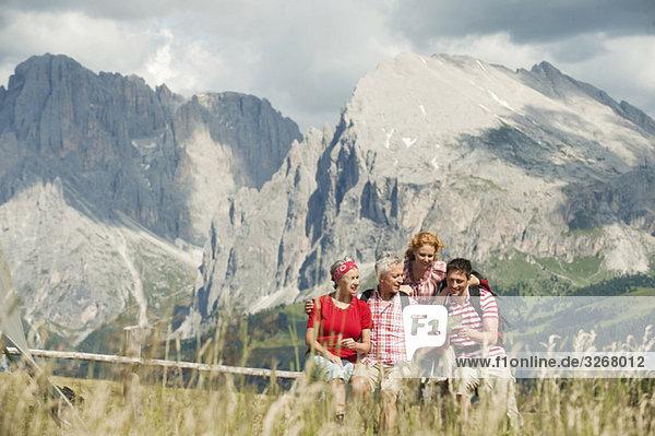 Italien  Seiseralm  Vier Personen auf der Karte  Portrait