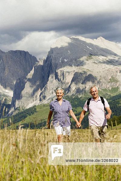 Italien  Seiseralm  Seniorenpaar Wandern Hand in Hand