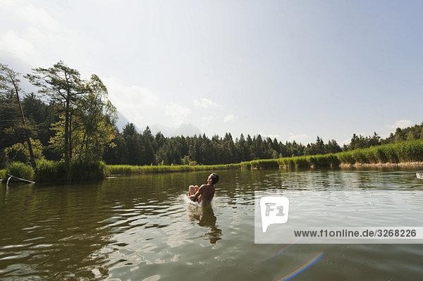 Italien  Südtirol  Mann springt in den See