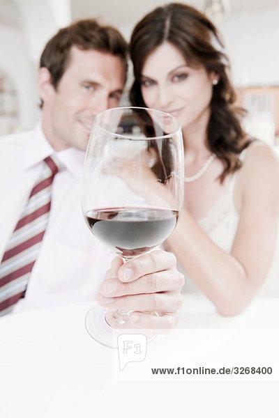 Paar im Restaurant  Mann hält ein Glas Rotwein  Portrait