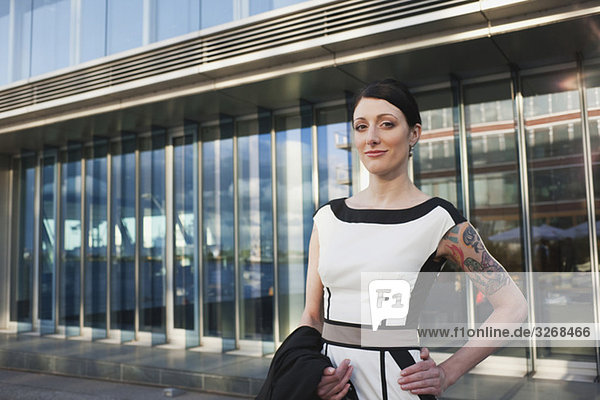 Frau vor dem Bürogebäude stehend
