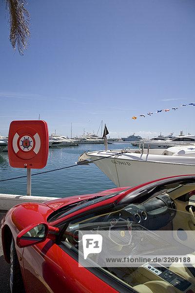 Fischereihafen Fischerhafen Boot frontal parken rot Ferrari Andalusien Marbella Spanien