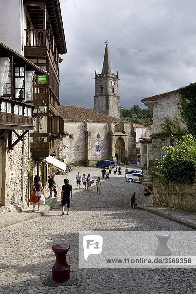 Touristen zu Fuß in einer Straße  Comillas  Santander  Kantabrien  Spanien