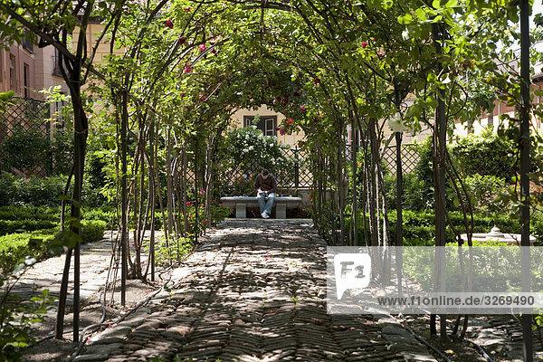 Man sitzt in einem Garten  Jardines del Moro  Madrid  Spanien
