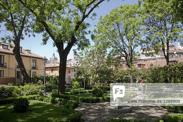 Madrid Hauptstadt Gebäude frontal Garten Spanien