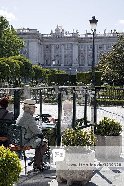 Touristen in Fronto Königspalast  Jardines de Sabatini  Königspalast  Palacio Real  Plaza de Oriente  Madrid  Spanien