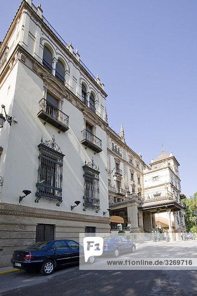 Auto vor einem Gebäude  Sevilla  Spanien