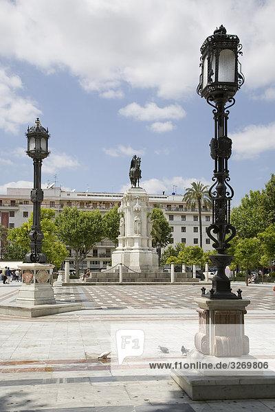 Denkmal von Saint Ferdinand an einem Gebäude  New Square  Plaza Nueva  Sevilla  Sevilla  Spanien
