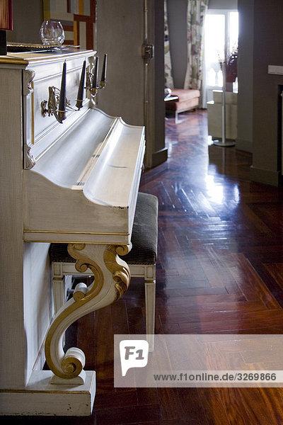 Klavier in einem Wohnzimmer  Madrid  Spanien