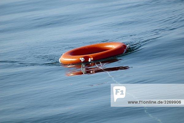 Rettungsring im Wasser  Ostsee  Deutschland