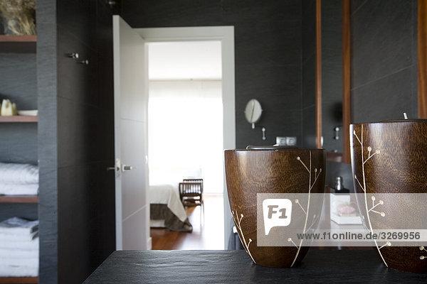 Blick auf einem Bett-Zimmer aus dem Inneren des Badezimmers  Madrid  Spanien