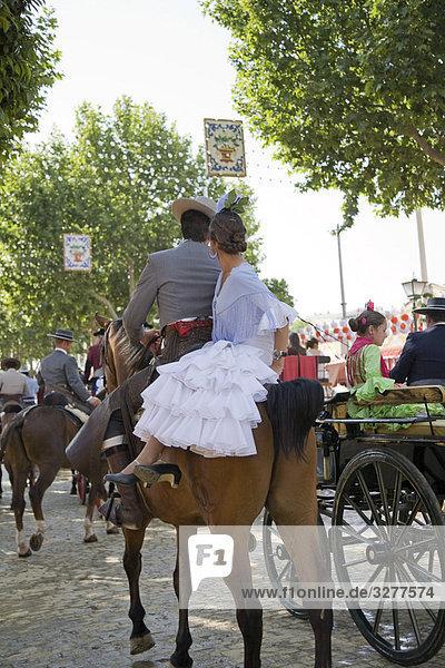 Touristen Reitpferden an einer Messe  Sevilla  Spanien