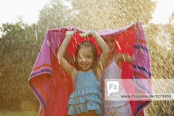 stehend ,Handtuch ,unterhalb ,Regen ,Mädchen
