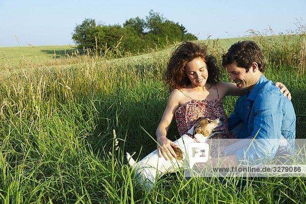 Paar mit Hund  in einem Weizenfeld