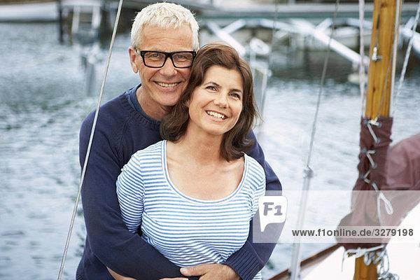 Mittelalterliches Paar auf einem alten Boot