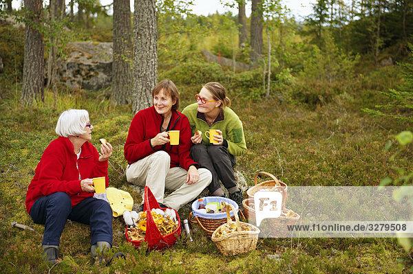 Frauen bei einer Kaffeepause im Wald Frauen bei einer Kaffeepause im Wald