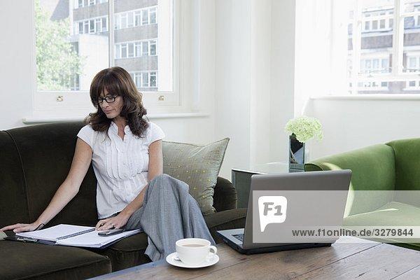 Geschäftsfrauen schauen sich Papiere auf dem Sofa an