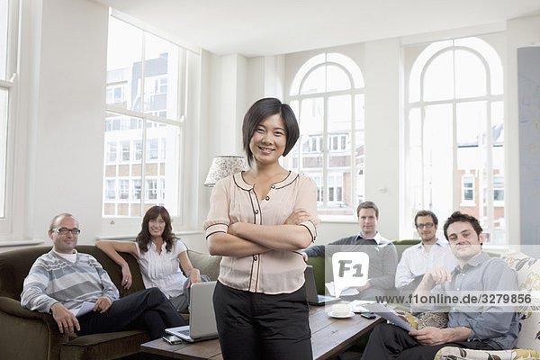 Portrait von 6 jungen Geschäftsleuten