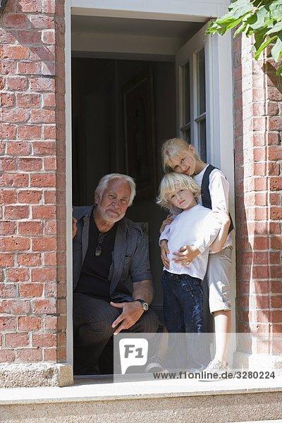 Großvater und Enkelkinder wartend