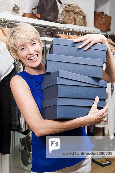 Frau im Geschäft mit Schuhkartons