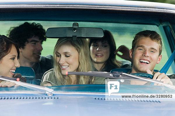 Freunde im Auto