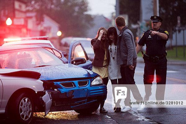 Jugendliche und Polizisten am Unfallort