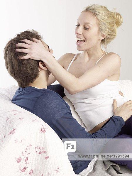 Fröhliches Paar auf der Couch