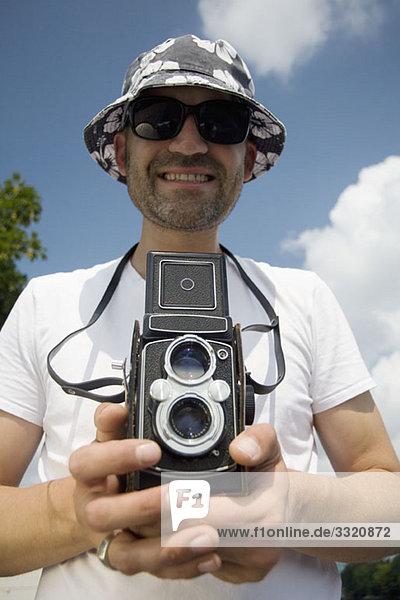 Ein Mann mit einer analogen Kamera