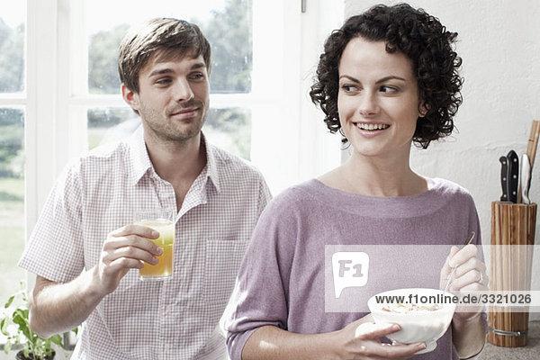 Ein Paar beim Frühstück in der Küche