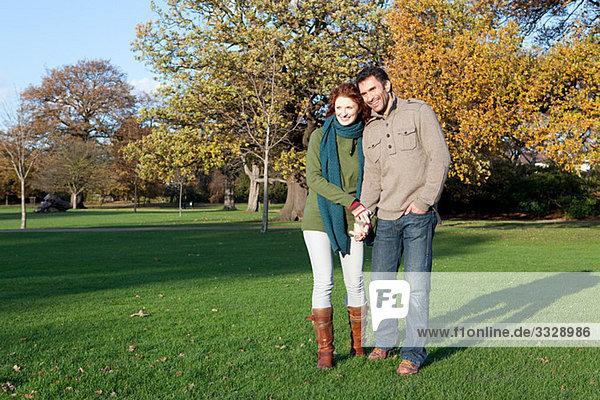 Ein Paar  das im Dulwich Park Händchen hält.