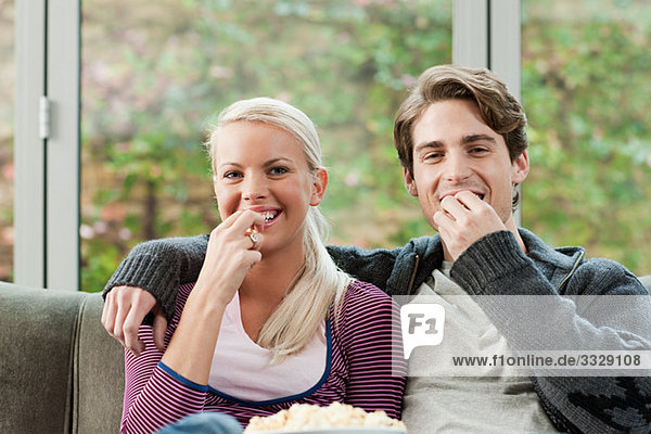 Junges Paar beim Fernsehen