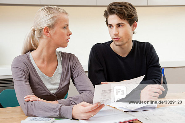 Seriöses junges Ehepaar bei der Hausfinanzierung