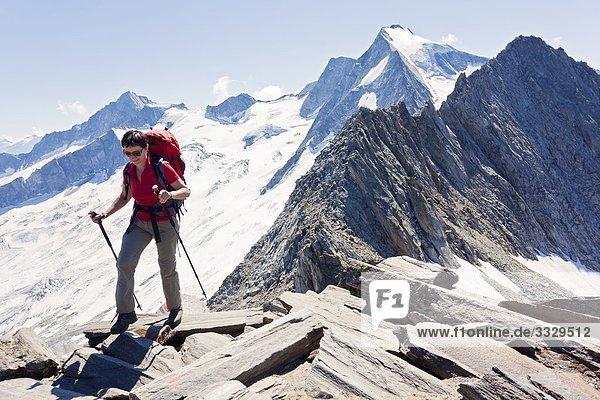 Frau wandert am Schönbichler Horn  Zillertaler Alpen  Tirol  Österreich