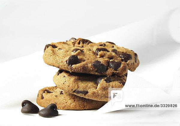 Chocolate Chip Cookies auf weißem Hintergrund