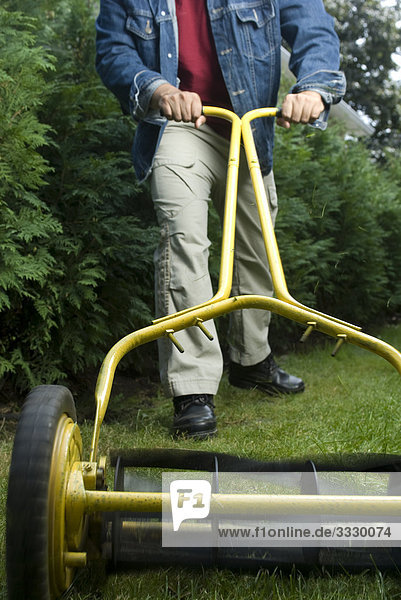 Mann mähen Rasen mit Öko-Push-Mäher  Montreal  Quebec